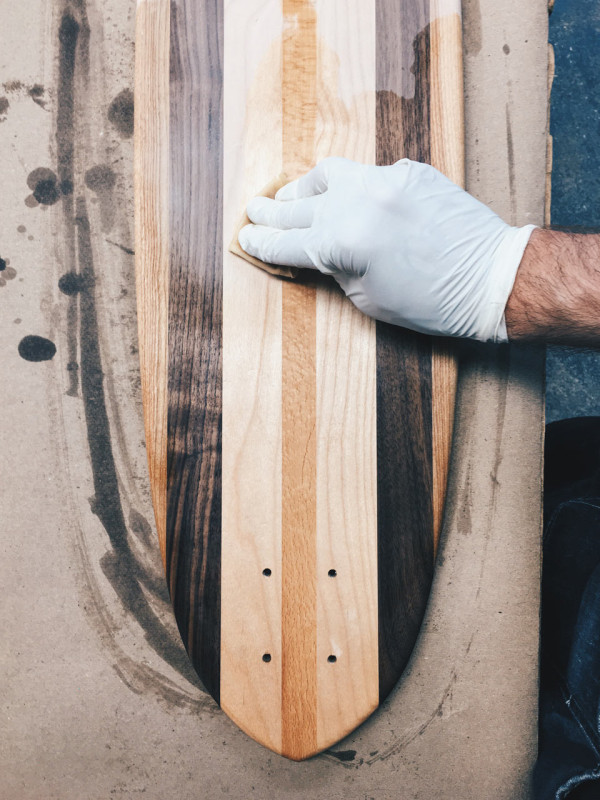 Decon-Side-Project-Skateboard-16_Handvarnishing