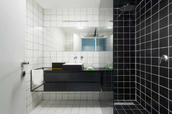 A tel aviv apartment gets an injection of color design milk - Piastrelle bagno nere ...