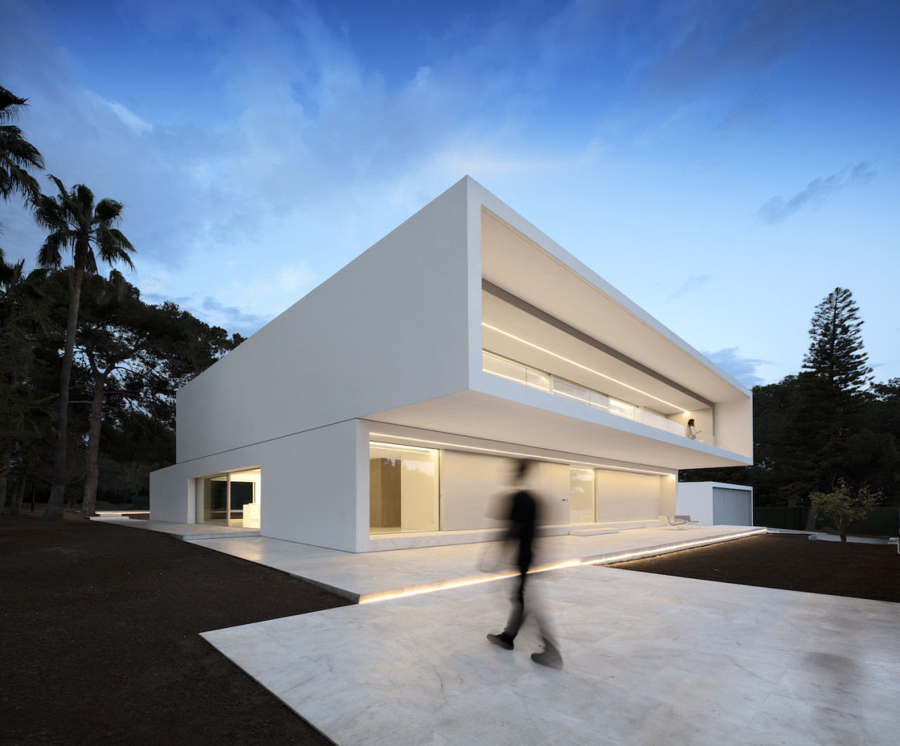 House Between the Pine Forest by Fran Silvestre Arquitectos
