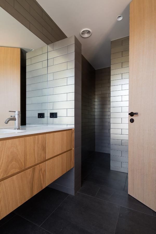 House-Under-Eaves-MRTN-Architects-11