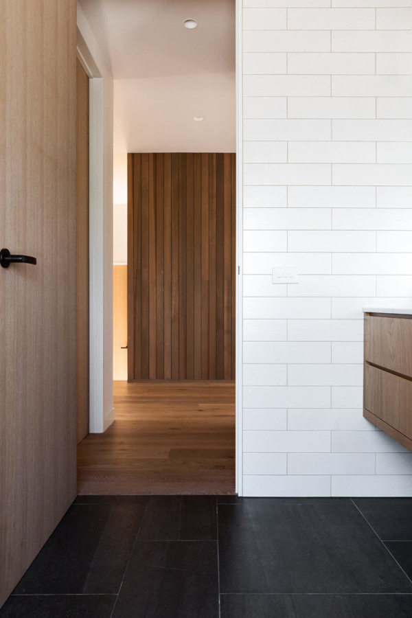 House-Under-Eaves-MRTN-Architects-12