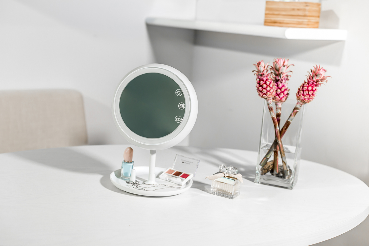 The JUNO Smart Mirror Makes It Easy To Take Perfect Selfies