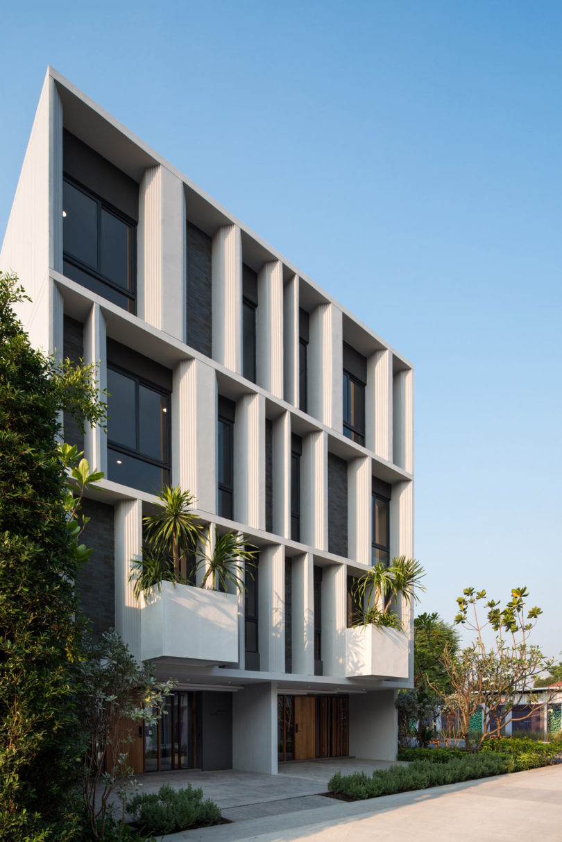 A modern townhouse with a private garden in bangkok for Modern townhouse architecture