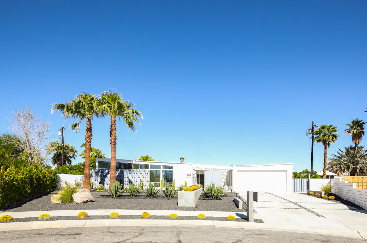 A palm springs mid century modern home gets lovingly for New modern homes palm springs