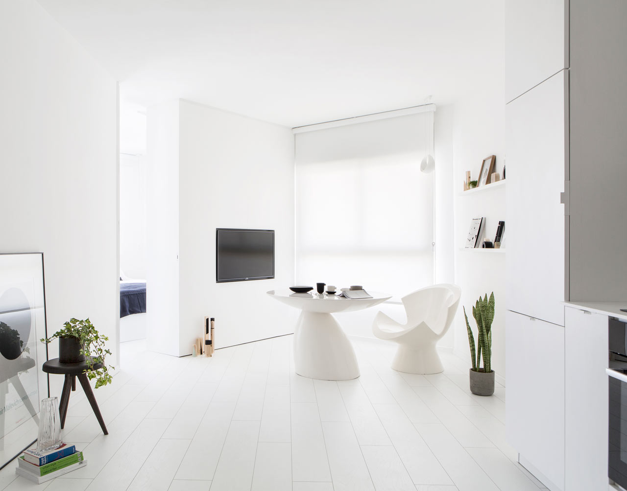 An all white apartment in tel aviv that 39 s anything but for Broring interieur