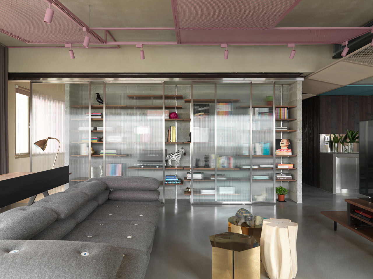 A Modern Apartment Brought Back to its Original Industrial Structure