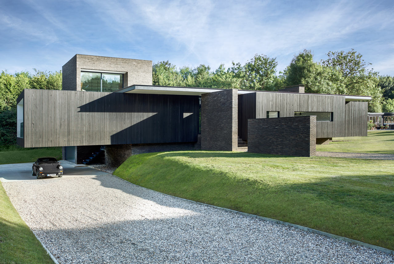 A Black House in Kent Inspired by Local Historic and Modern Buildings