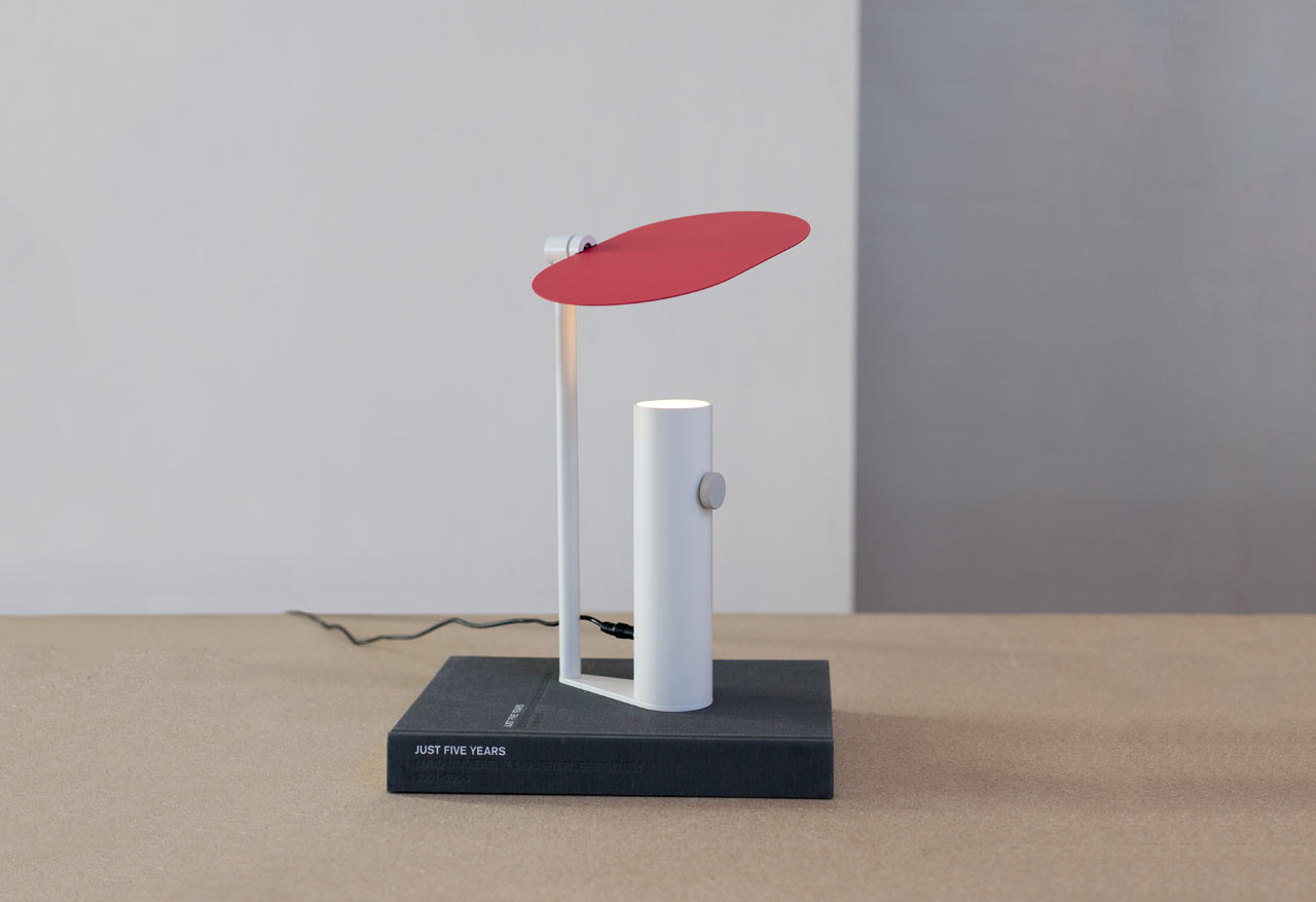 Vilo: An Uplight with an Adjustable Shade by Ali Safa