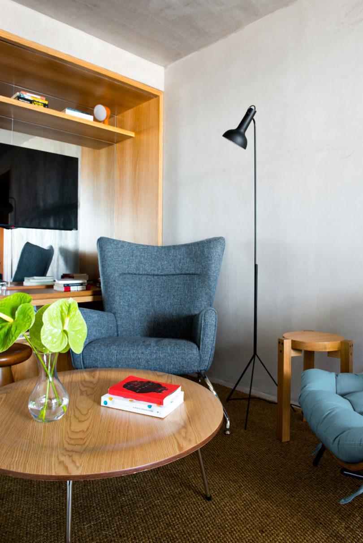 L 39 appartement azul au br sil par leandro garcia robinetdeco for Cuisine etroite et longue