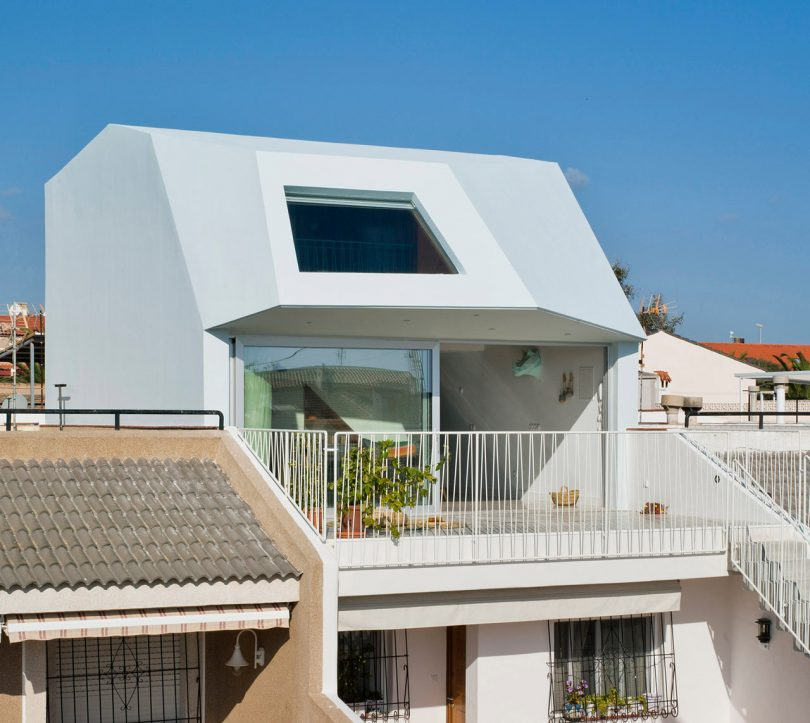 A Beach House on the Mediterranean Coast by Laura Ortín Architecture