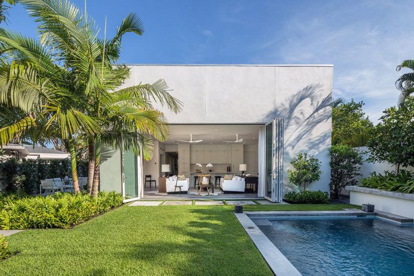 Modern homes that seamlessly blend indoor and outdoors spaces