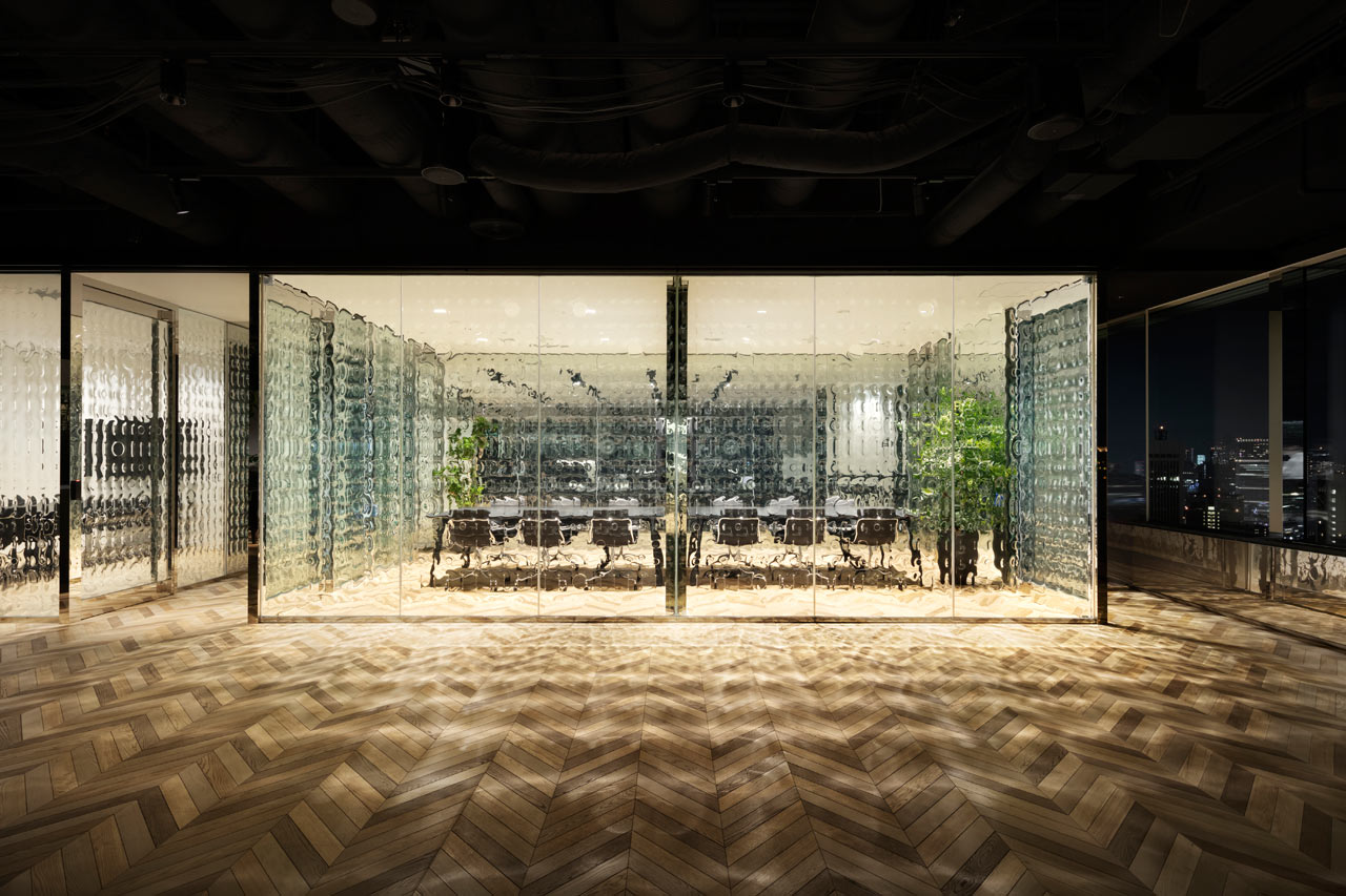 """Nendo Infuses """"1""""s and """"0""""s into Glass Partitions at an Office in Tokyo"""
