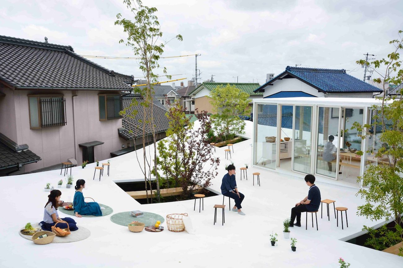 An Office in Japan with a Curved Floating Rooftop to Hang out On