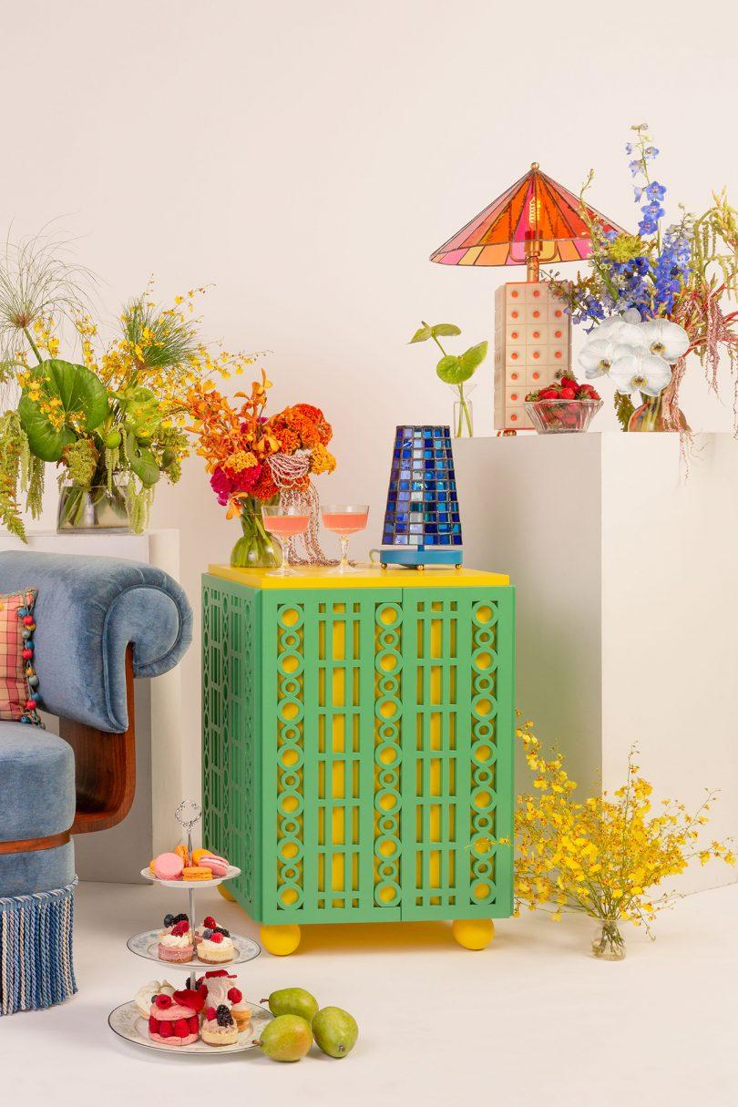 side table, vase, table lamp, flower