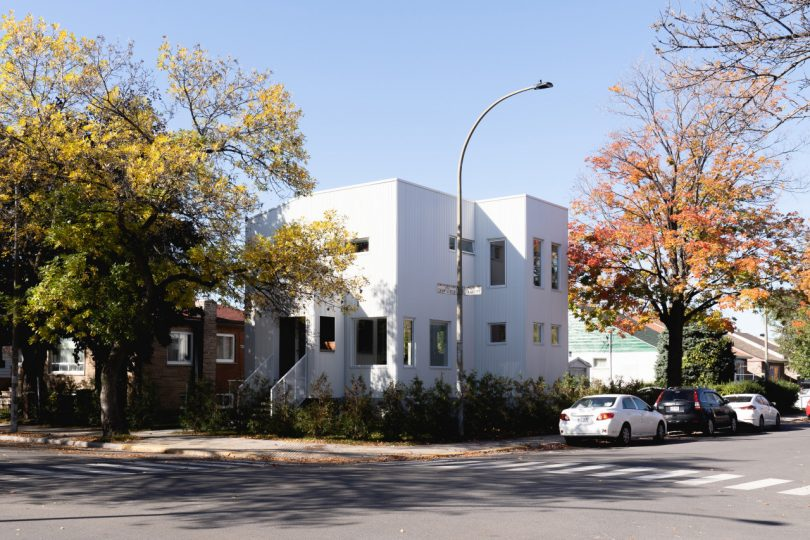 An Eclectic White House in Montreal Extends Its Verticality