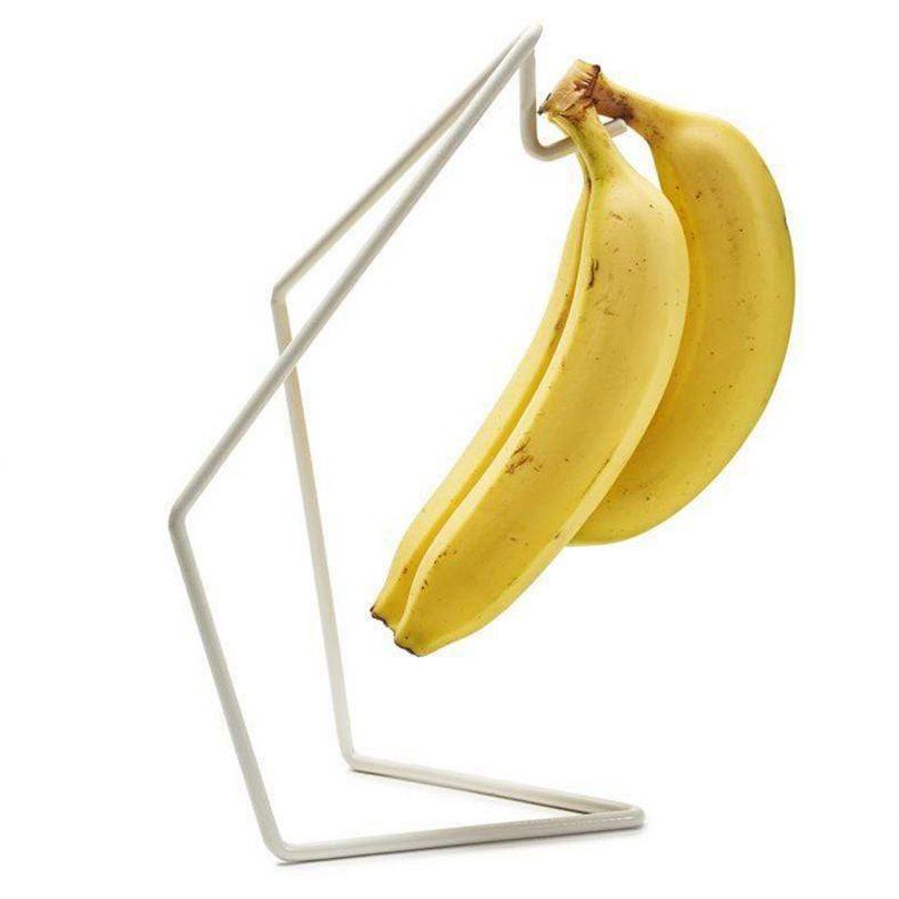 Plátanos en soporte de banano
