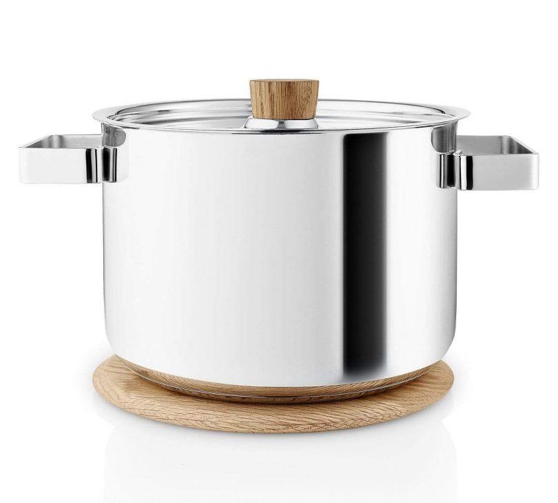 Olla de sopa y platillo