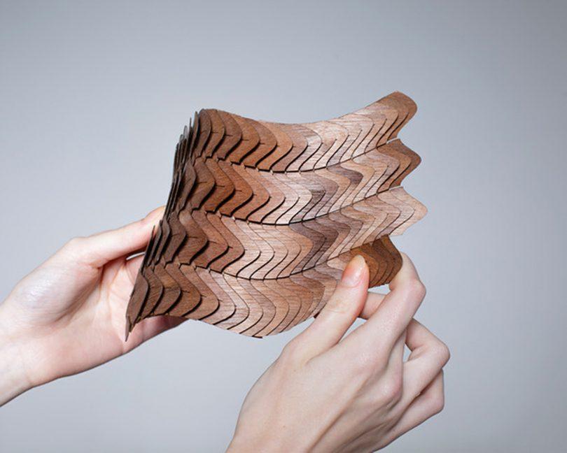 material modular marrom sendo manipulado por duas mãos