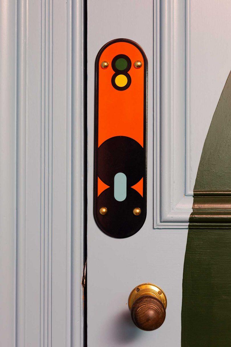 close da porta com gráfico colorido