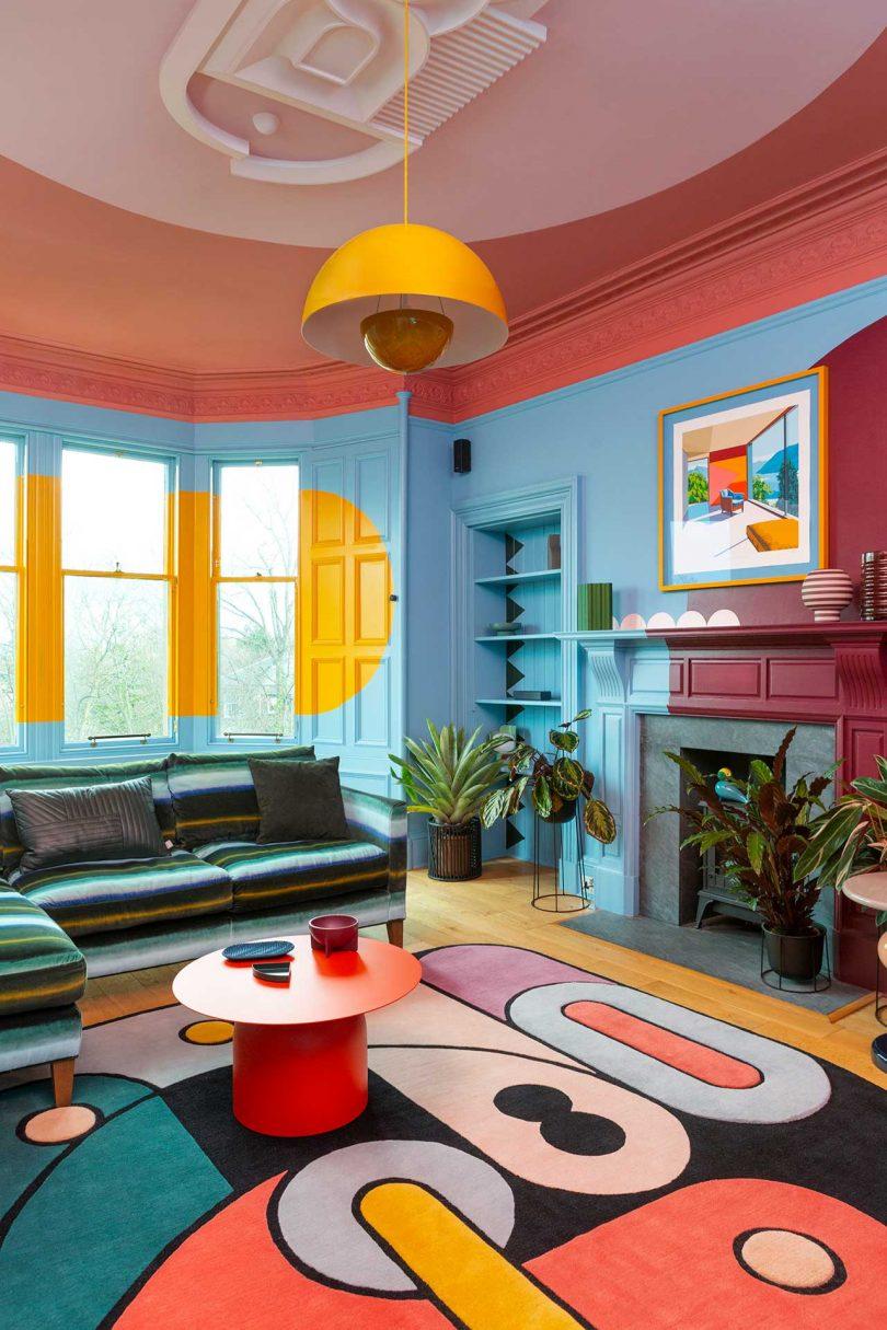 sala de estar arrojada com pintura gráfica e tapete estampado