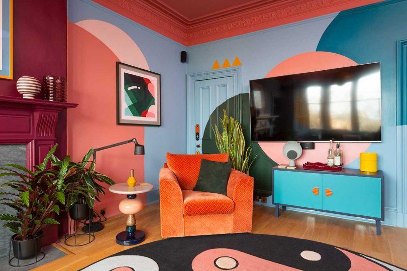 sala de estar colorida e arrojada com pintura gráfica e tapete estampado