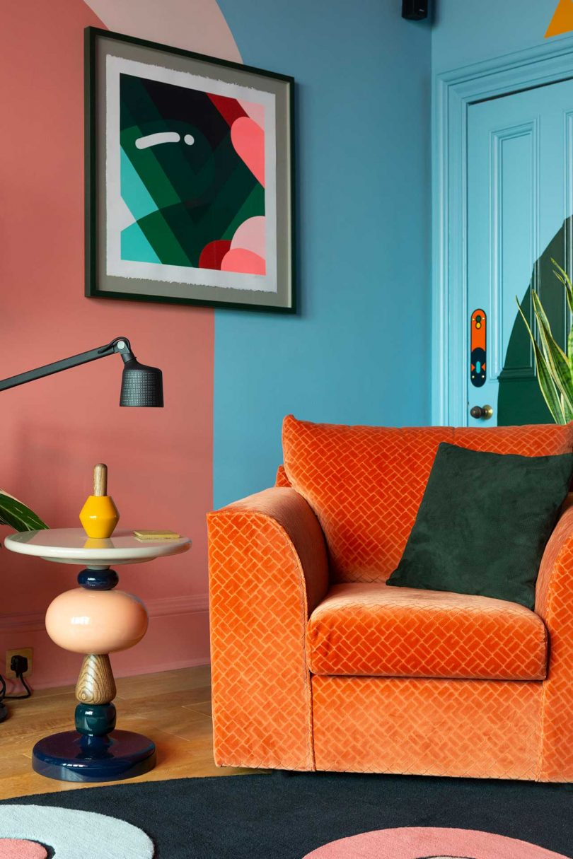 canto da sala de estar colorido com cadeira laranja