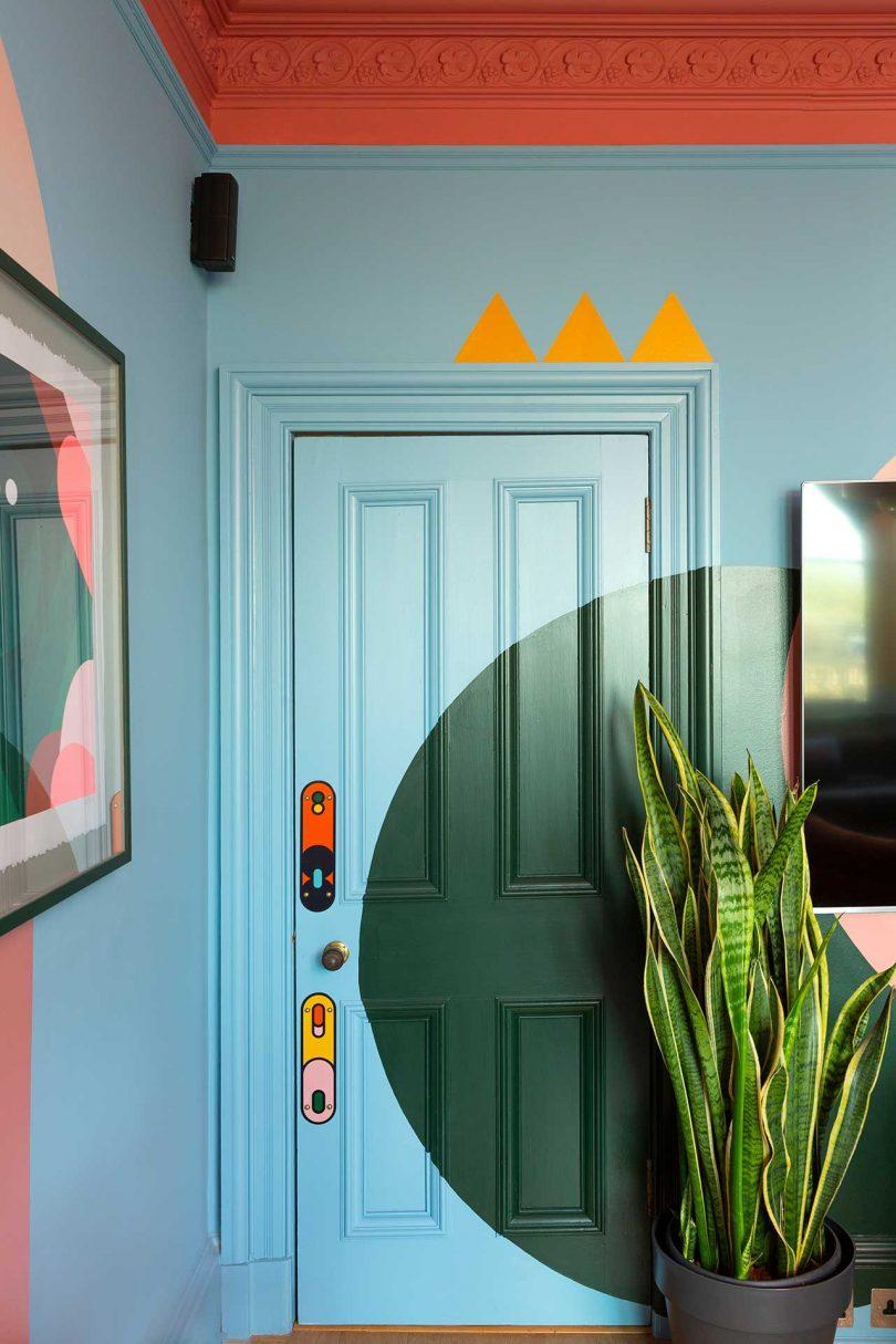 canto azul com porta e forma e planta pintadas de verde