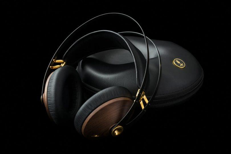 99 Classics headphone with case.