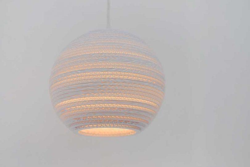 luminária pendente de papelão empilhado