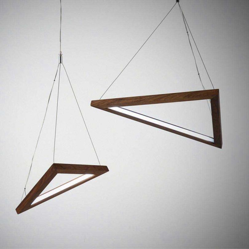 luzes pendentes triangulares de madeira