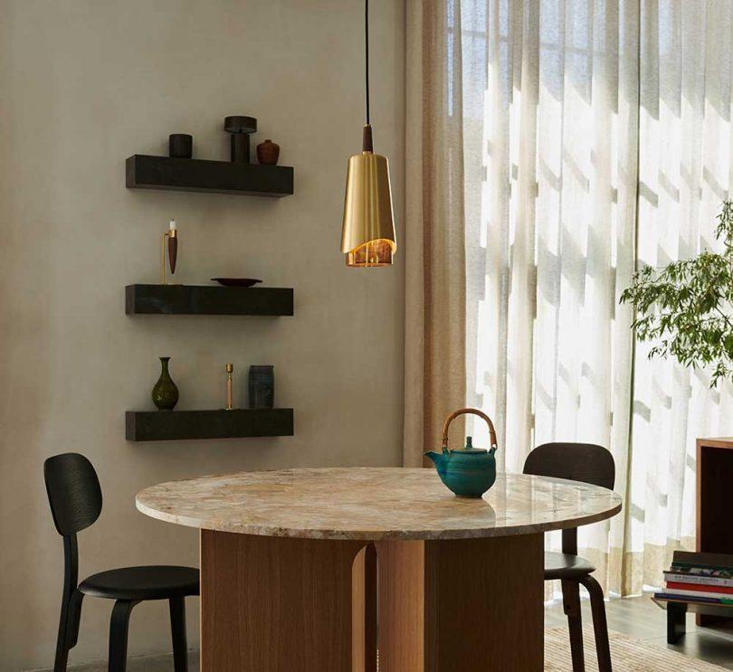 luminária de latão pendurada acima da mesa de jantar