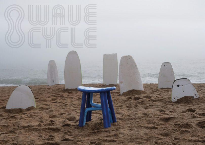 cadeira de banquinho de ciclo de ondas na praia com pranchas de bodyboard quebradas