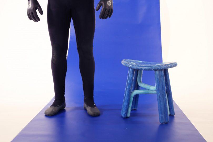 pernas e banquinho azul