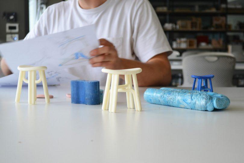 modelo em miniatura de um banquinho