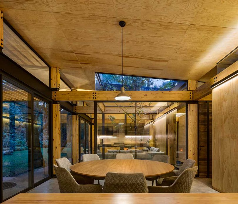 Comedor moderno con interior de madera