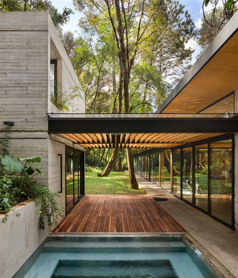 Patio cerrado entre estructuras de casas con piscina
