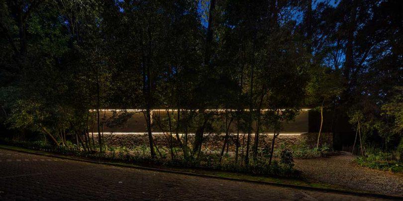 Vista nocturna de la casa moderna con luces.