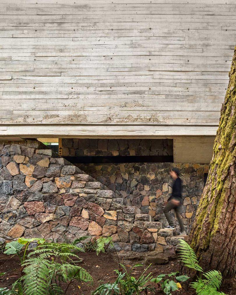 Escaleras de entrada a la casa moderna de hormigón y piedra