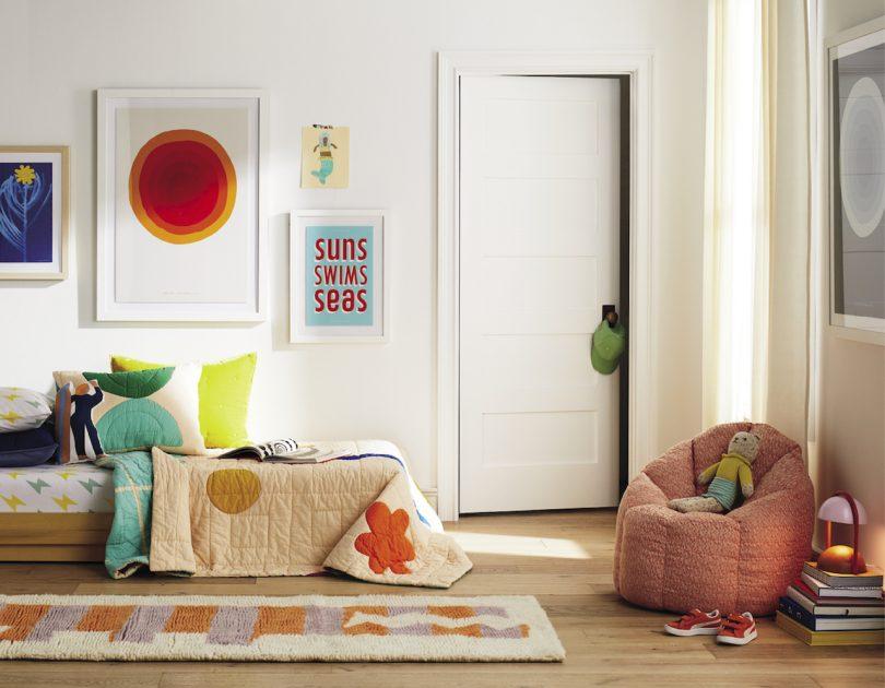 Habitación infantil moderna con muebles coloridos